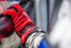 14号巴拉库达车队福特嘉年华ST车手奥斯汀·戴因的手套