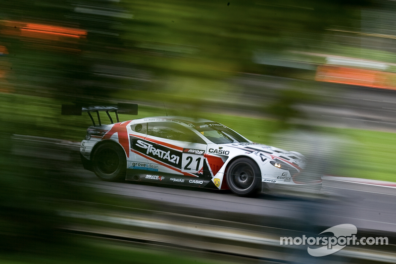 #21 Strata 21 Aston Martin Vantage GT3: Paul White, Tom Onslow-Cole