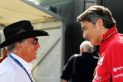 (从左至右): 马里奥·安德雷蒂, 与马可·马蒂亚奇, 法拉利车队 车队领队