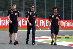 Romain Grosjean, pilota francese del Lotus F1 team cammina per il circuito