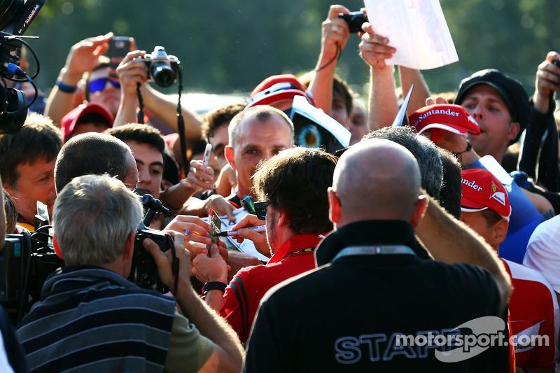 Fernando Alonso, Ferrari signs autographs for the fans