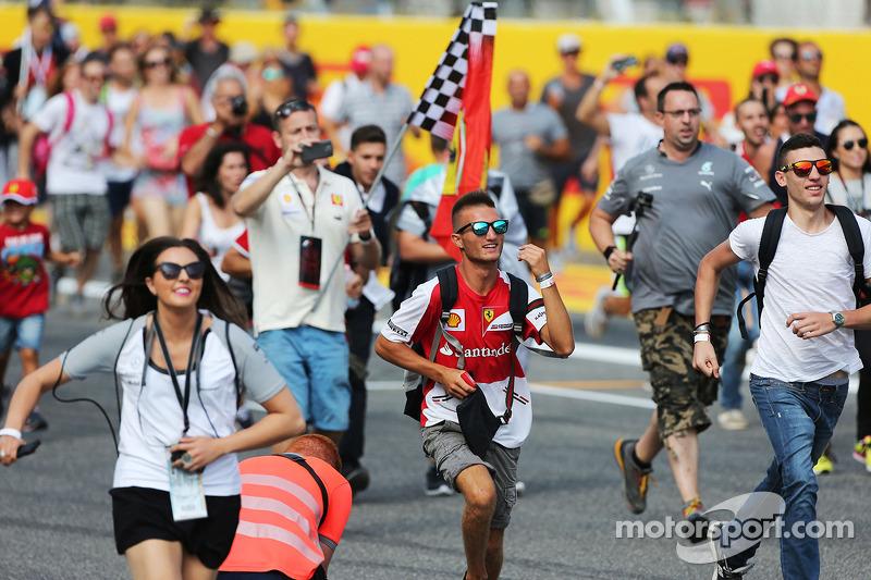 Taraftarlar yarış sonrasında piste giriyor