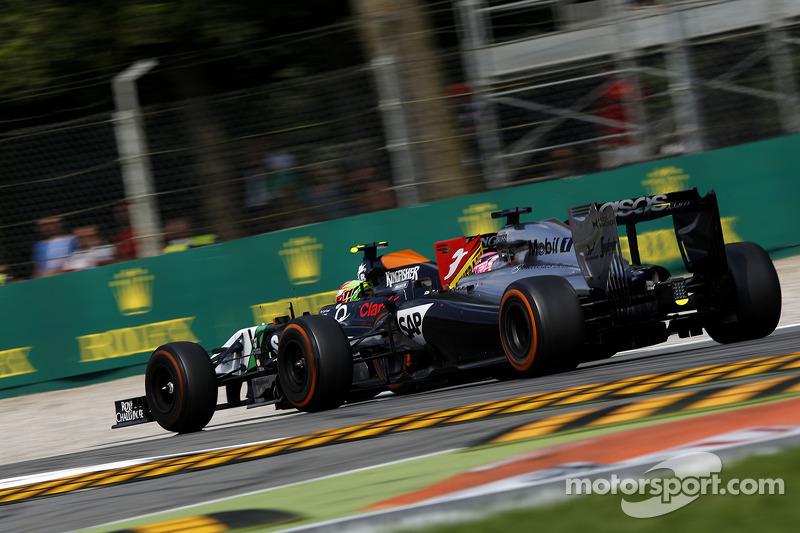 Sergio Perez, Sahara Force India F1 VJM07, e Jenson Button, McLaren MP4-29, in lotta