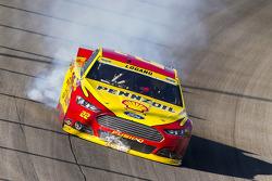 Joey Logano, Penske Ford Takımı finişte motor sorunu yaşıyor
