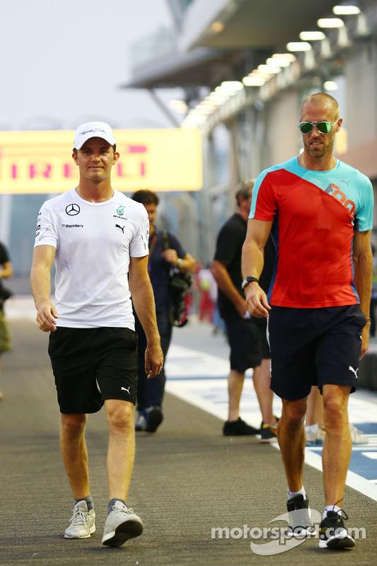 (L to R): Nico Rosberg, Mercedes AMG F1 with Daniel Schloesser, Mercedes AMG F1 Physio