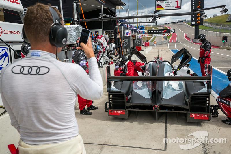 Tom Kristensen ammira la sua R18 e-tron Quattro