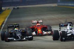 Kimi Raikkonen, Ferrari F14-T, e Esteban Gutierrez, Sauber C33, e Felipe Massa, Williams FW36 (Destra)