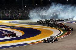 Start: Lewis Hamilton, Mercedes AMG F1 W05, führt; Fernando Alonso, Ferrari, F14-T, mit Ausritt