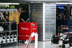 Christian Horner, Red Bull Racing Team Principal informa il personale che Sebastian Vettel sta lasciando la squadra