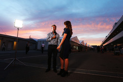 (Links naar rechts): Eddie Jordan, BBC Television-analist, met Suzi Perry, BBC F1-presentator