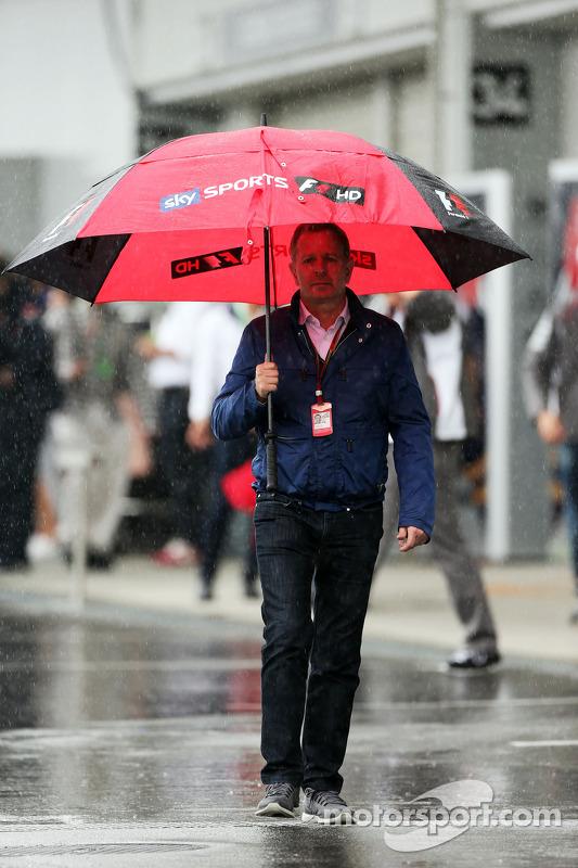 Martin Brundle, comentarista da Sky Sports em um paddock úmido e chuvoso