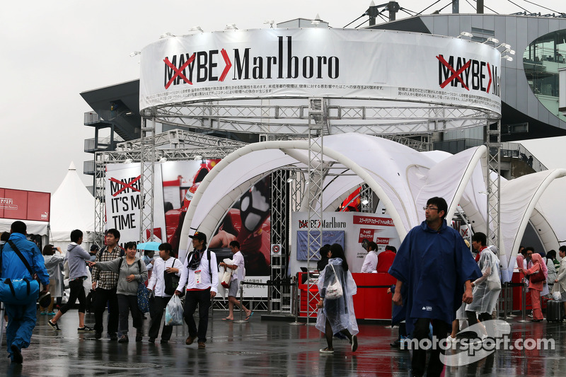 Taraftarlar ve atmosfer - Marlboro eşya stand