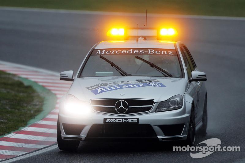 L'auto medica FIA viene chiamata per assistere Jules Bianchi, Marussia F1 Team
