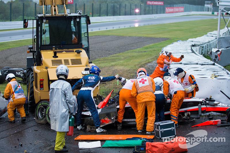 Güvenlik ekibi Jules Bianchi'nin kazasından sonra çalışıyor