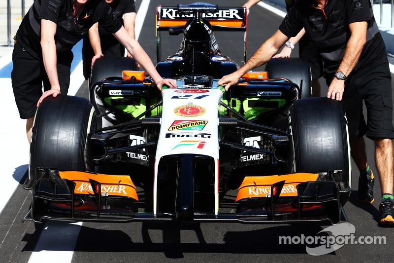 La Sahara Force India F1 VJM07 di Nico Hulkenberg, Sahara Force India F1, viene spinta lungo la corsia box