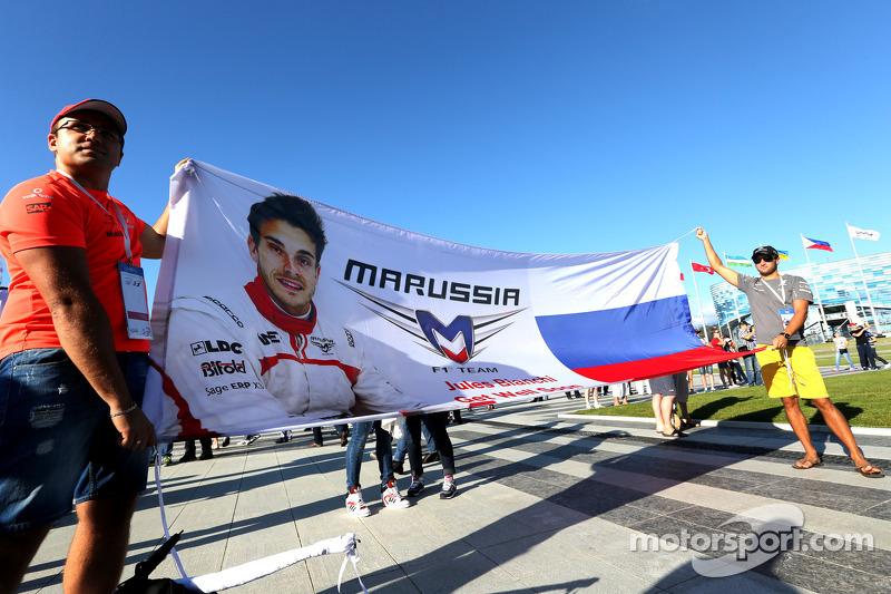 Atmosfera pista, área pública, Sessão de autógrafos. Fã de Jules Bianchi, Marussia F1 Team
