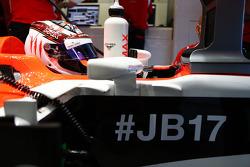 Max Chilton, Marussia F1 Team MR03, carrega o #JB17 e #ForzaJules como hashtags em apoio a Jules Bianchi