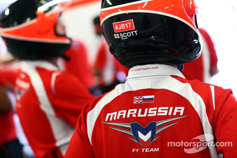 Marussia F1 Takımı mekanikeri #JB17 destek mesajını Jules Bianchi için taşıyor