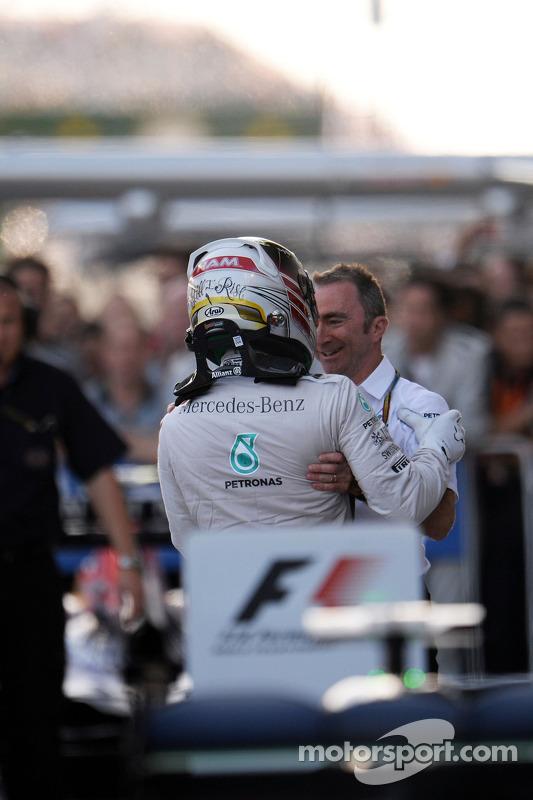 Vainqueur: Lewis Hamilton, Mercedes AMG F1 heureux dans le parc fermé avec Paddy Lowe, Directeur Exécutif de Mercedes AMG F1