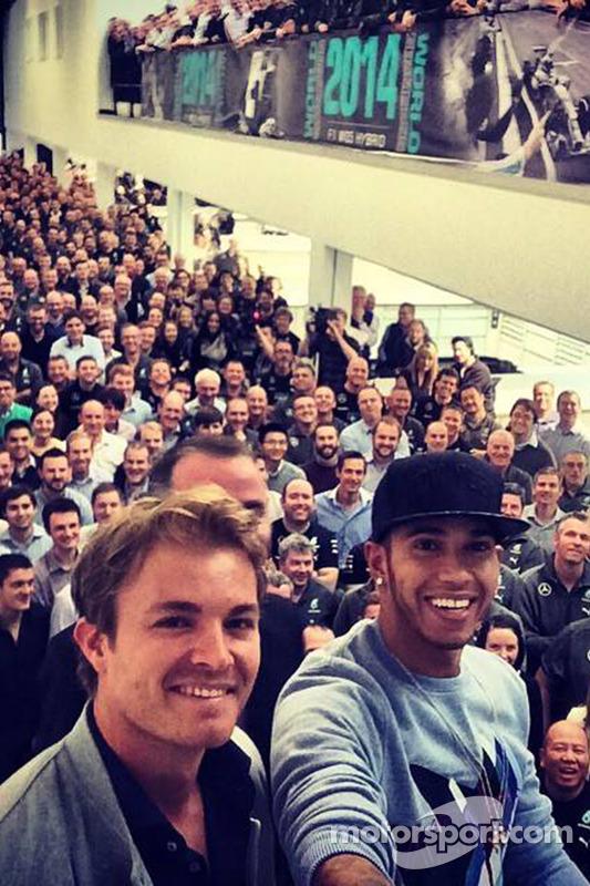 Nico Rosberg e Lewis Hamilton em uma selfie com os trabalhadores da fábrica da Mercedes.