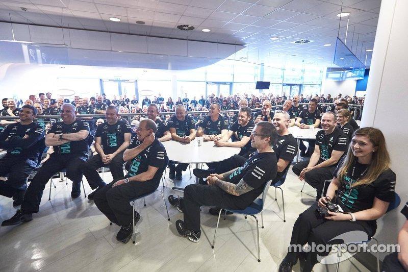 Fabrika çalışanları Lewis Hamilton ve Nico Rosberg'i dinliyor