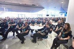 Le personnel d'usine écoute Lewis Hamilton et Nico Rosberg