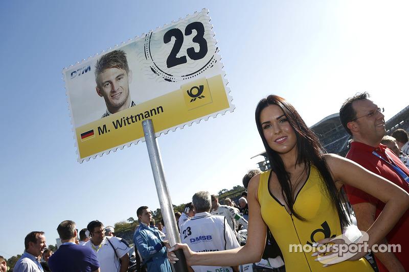 Chicas en la parrilla de  Marco Wittmann, BMW Team RMG BMW M4 DTM