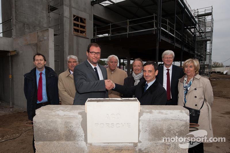 Marc Ouayoun, director general de Porsche Francia, y Pierre Fillon, Presidente del Automóvil Club de l'Ouest, pusieron la primera piedra del Centro de Experiencia Porsche en el circuito de Le Mans.