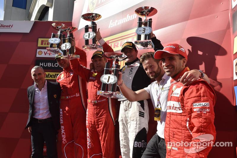 Coppa Shell Podyum: Yarış galibi Rick Lovat, ikinci sıra Massimiliano Bianchi, üçüncü sıra Jacques Duyver
