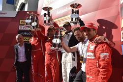 壳牌杯领奖台:比赛冠军里克·洛瓦特,第二名马西米利安诺·比安奇,第三名雅克·杜维尔