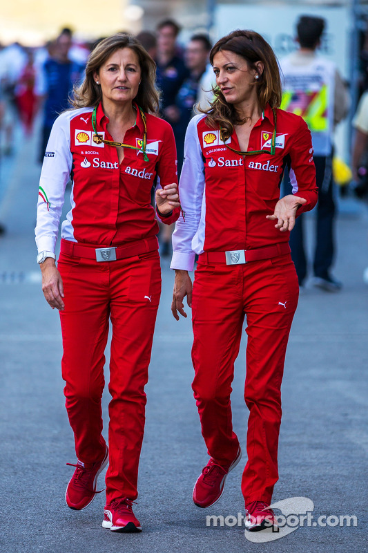 (De izquierda a derecha): Stefania Bocchi, Ferrari Oficial de Prensa con Roberta Vallorosi, Ferrari Oficial de Prensa