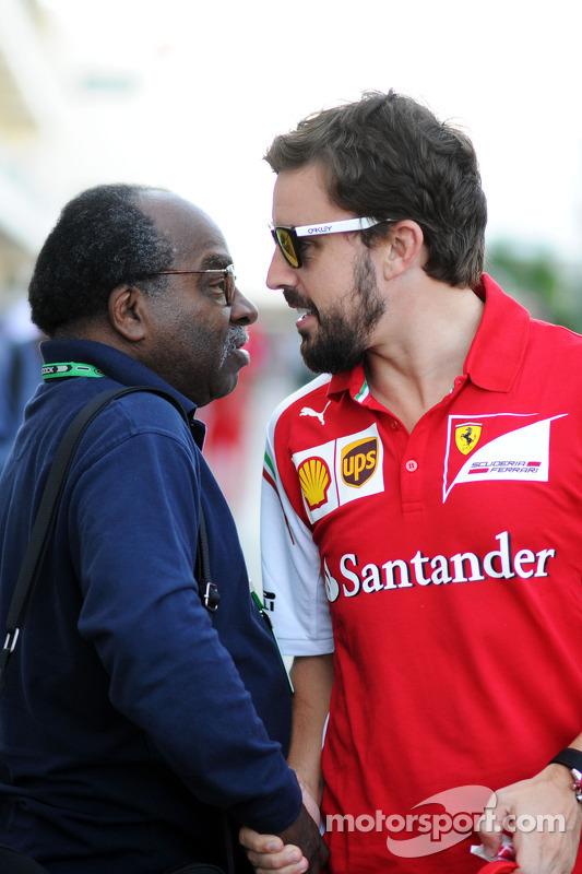(Links naar rechts): Everett Souratt, met Fernando Alonso, Ferrari