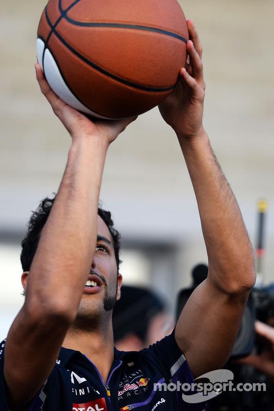 Daniel Ricciardo s'essaye au basketball