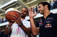 红牛车队的丹尼尔·里卡多与NBA蓝旗运动员托尼·帕克练习篮球