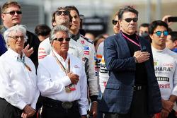 (Soldan Sağa): Bernie Ecclestone ve Mario Andretti, Amerika Pisti Resmi Elçisi gridde