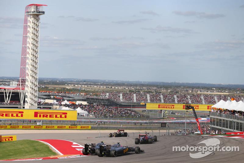 Jenson Button, McLaren MP4-29 e il compagno di squadra Kevin Magnussen, McLaren MP4-29 lottano per l