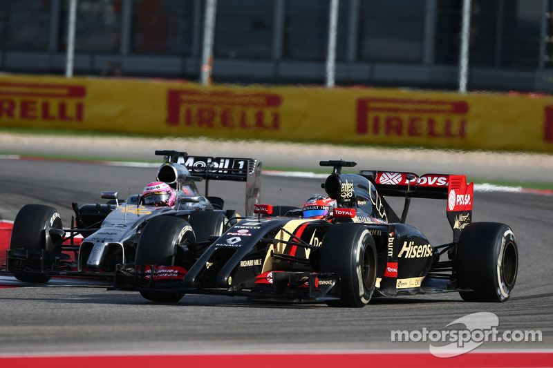 Jenson Button, McLaren MP4-29 y Romain Grosjean, Lotus F1 E22