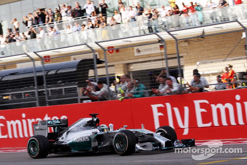 El ganador  Lewis Hamilton, Mercedes AMG F1 W05 celebra al final de la carrera