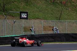 Kimi Raikkonen, Ferrari F14-T pasa frente a un anuncio de Virtual Safety auto