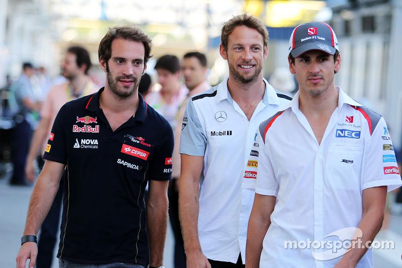 (I a D): Jean-Eric Vergne, Scuderia Toro Rosso, conn Jenson Button, McLaren, y Adrian Sutil, Sauber