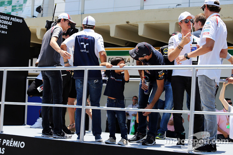 Felipe Massa, Williams, con su hijo Felipinho Massa, y Daniel Ricciardo, Red Bull Racing, en el desfile de pilotos