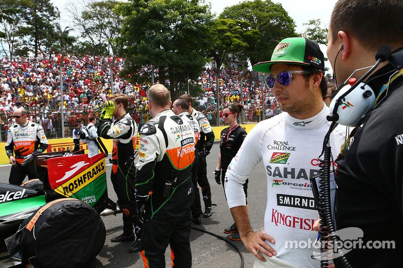 Sergio Perez, Sahara Force India F1, con Gianpiero Lambiase, Ingegnere Sahara Force India F1, in gri