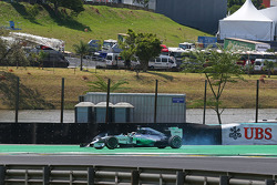 Lewis Hamilton, Mercedes AMG F1 W05 va in testacoda durante la gara