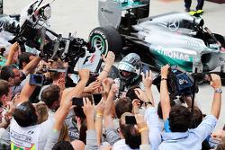 Yarış galibi Nico Rosberg, Mercedes AMG F1 kapalı parkta kutlama yapıyor