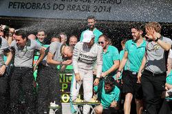 Yarış galibi Nico Rosberg, Mercedes AMG F1 takımıyla kutlama yapıyor