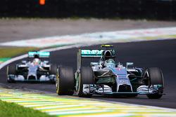 F1: Nico Rosberg, Mercedes AMG F1 W05 leads Lewis Hamilton, Mercedes AMG F1 W05
