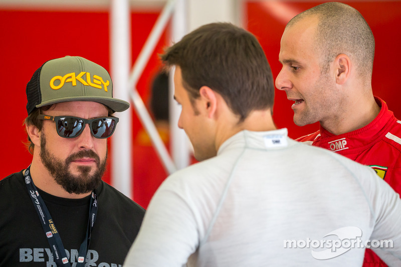 Gianmaria Bruni ve James Calado Fernando Alonso ile konuşuyor