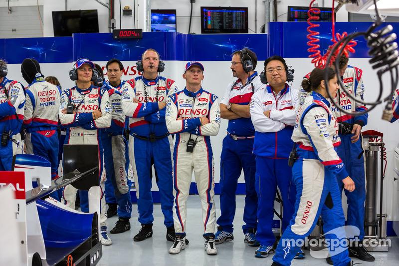 Squadra Toyota guarda i momenti finali della gara