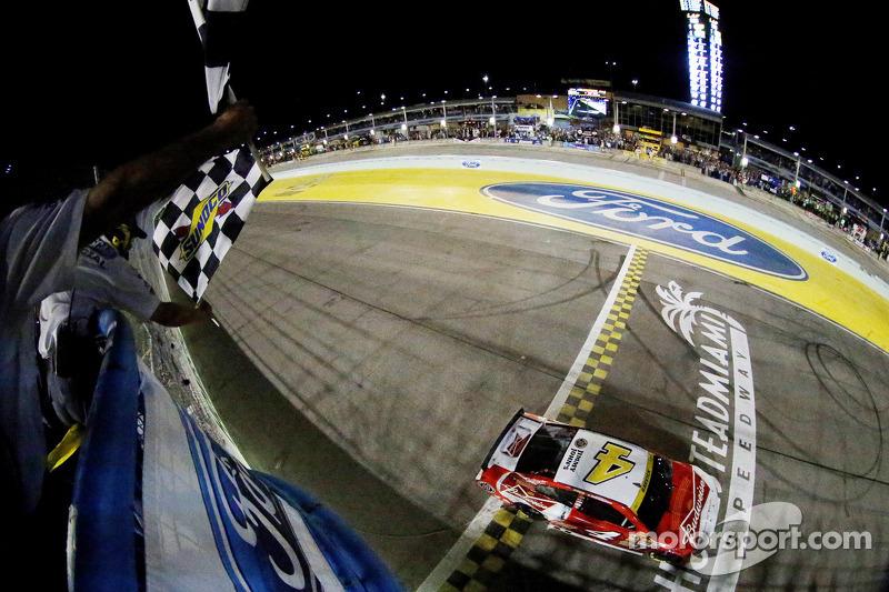 Kevin Harvick, Stewart-Haas Racing Chevrolet se lleva la victoria