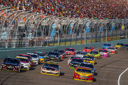 Restart: Jeff Gordon, Hendrick Motorsports Chevrolet, Denny Hamlin, Joe Gibbs Racing Toyota ve Joey Logano, Penske Ford Takımı lider